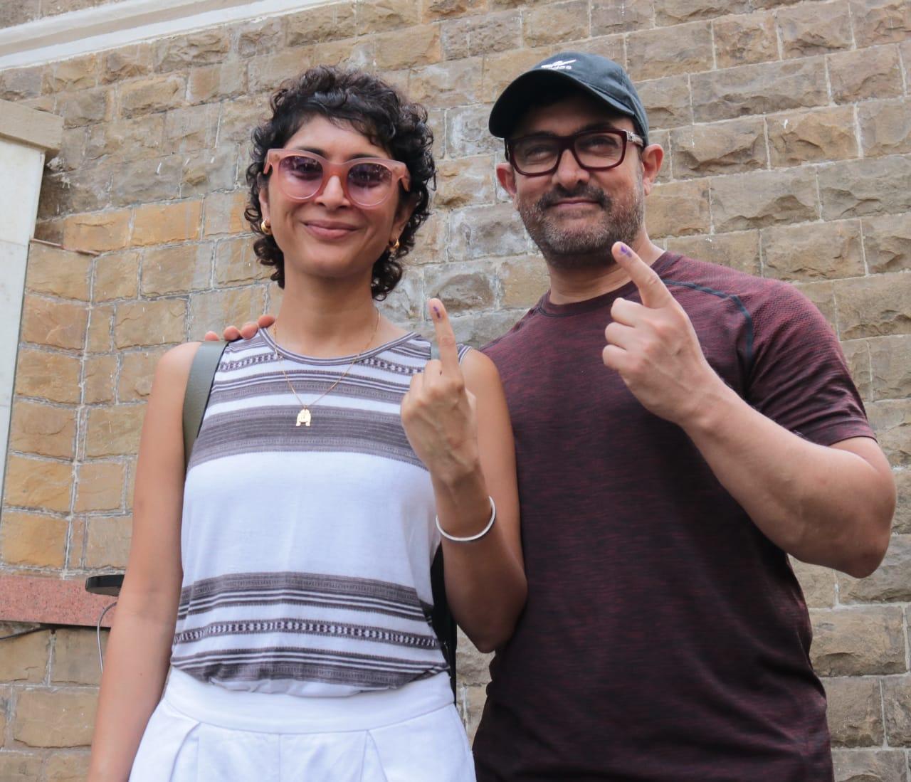 अभिनेता आमिर खान आणि त्याची पत्नी किरन राव या दोघांनी मतदानाचा हक्क बजावला.
