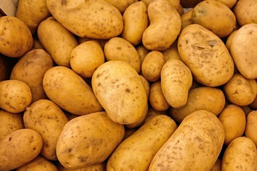 बटाटा- बटाटा स्वयंपाकघरात थंड वातावरण ठेवावा. बटाटा फ्रिजमध्ये ठेवल्यानं त्यातील स्टार्चचं रूपांतर शुगरमध्ये होतं त्यामुळे चव बदलते. फ्रिजमधील बटाट्याचा उकडल्यानंतर रंगही बदलतो.