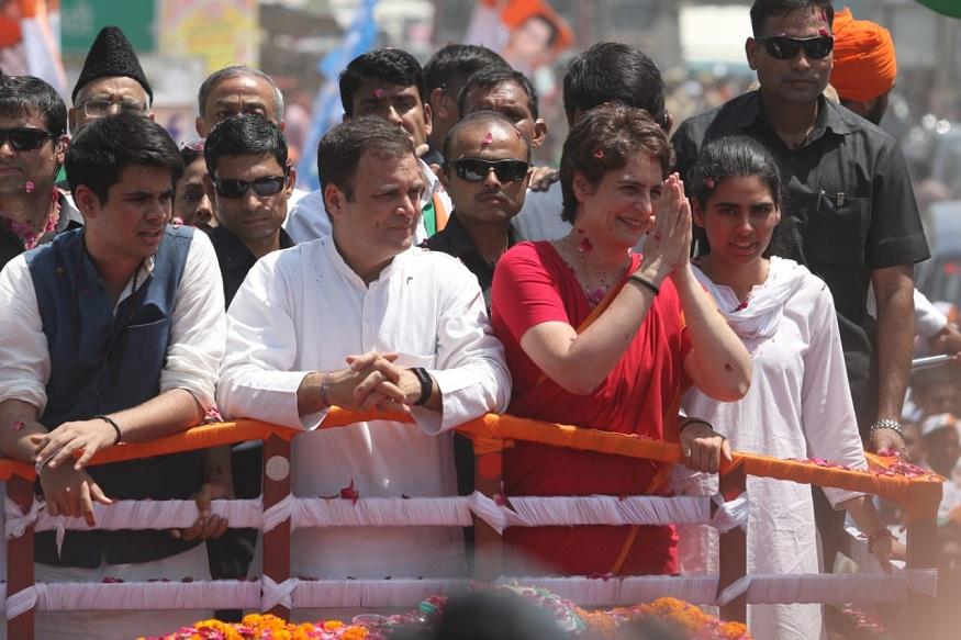 यावेळी राहुल गांधी यांच्यासोबत प्रियांका गांधी, रॉबर्ट वाड्रा देखील हजर होते. या गर्दीत देखील राहुल गांधी यांच्यासोबत उभ्या असलेल्या दोघांकडे सर्वाचं लक्ष वेधलं जात होतं.