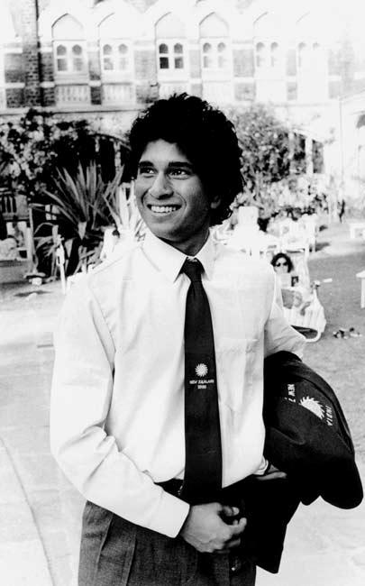 मास्टर ब्लास्टर सचिन तेंडुलकरने न्यूझीलंडविरूद्धच एकदिवसीय क्रिकेटमध्ये पदार्पण केले होते. याचवेळी सचिननं एक अनोखा किस्सा केला होता. ज्यामुळं ज्येष्ठ क्रिकेटपटू थक्क झाले होते तर, काहींना आपलं हसु आवरता आलं नाही.