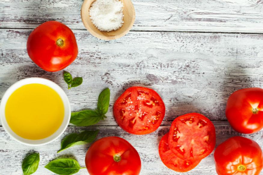 टोमॅटो- प्रत्येक घरात फ्रिजमध्ये टोमॅटो असतोच. टोमॅटो फ्रिजमध्ये ठेवल्यानं बावतो. त्याची चवही बदलते. टोमॅटो कायम बाहेर जाळी असलेल्या भांड्यात ठेवावेत. कापलेला टोमॅटो फ्रिजमध्ये ठेवल्यानं आंबूस वास येतो.
