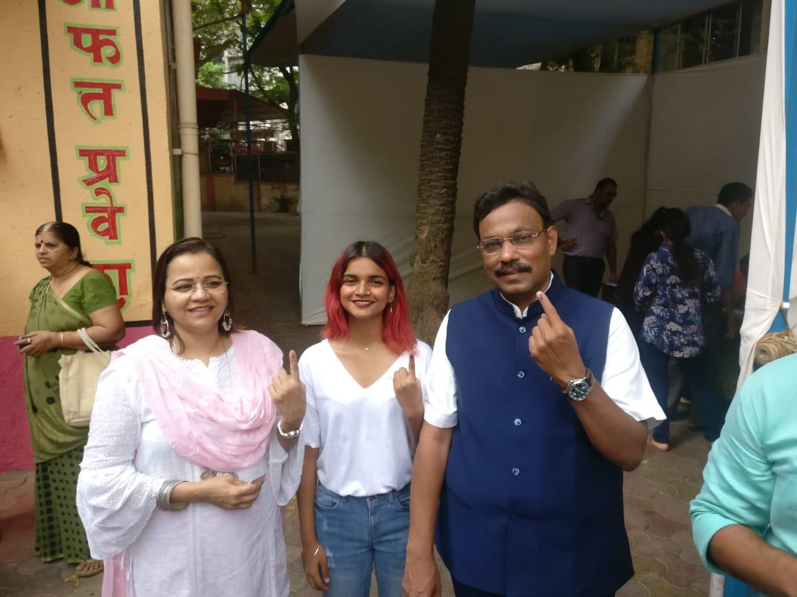 शिक्षणमंत्री विनोद तावडे यांनीदेखील कुटुंबासह आपला मतदानाचा हक्क बजावला.