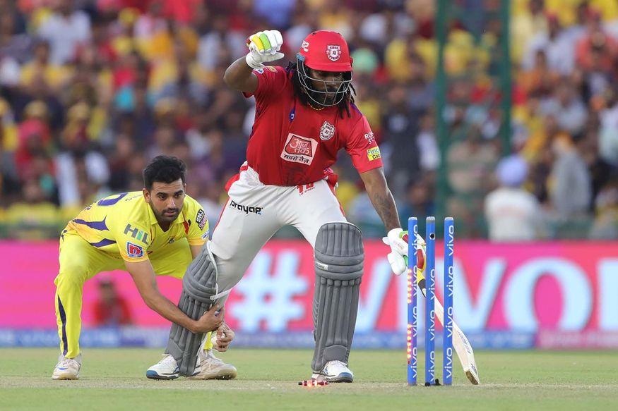 IPL 2019 : …अन् भरमैदानात धोनीच्या खेळाडूनं धरले गेलचे 'पाय'