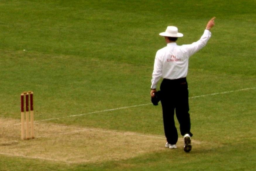सामन्यावेळी मैदानावरच पंचांचा मृत्यू, क्रिकेट जगतात हळहळ