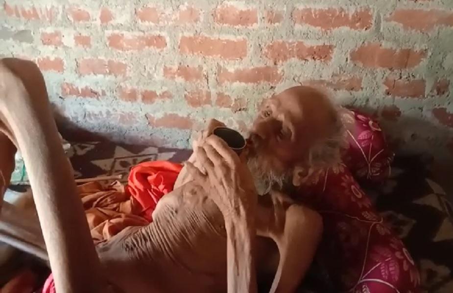 'मृत्यू'नंतर अंत्यसंस्काराला घेऊन जात असतानाच उठून बसले 'हे' म्हातारबाबा