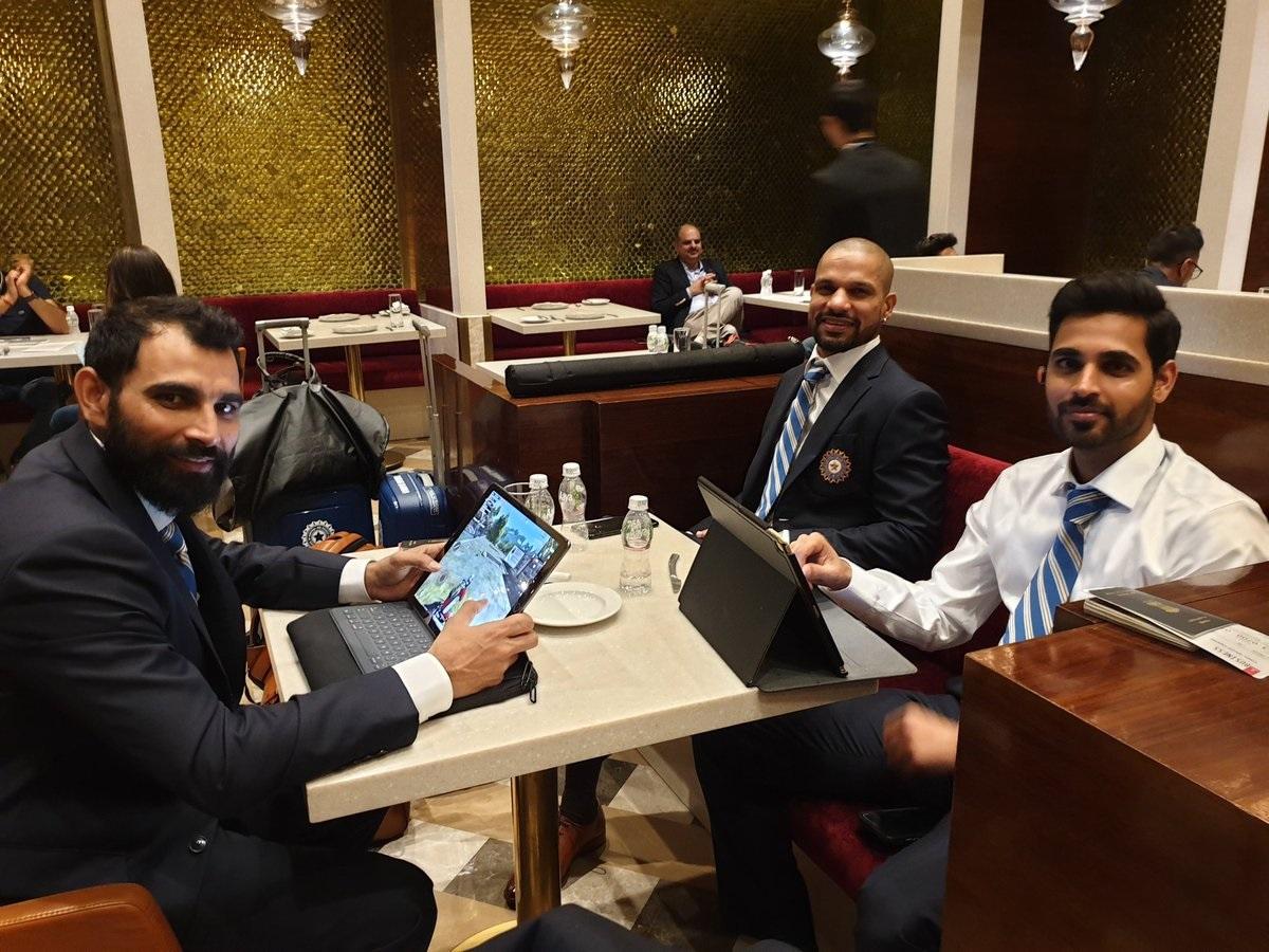 भारतीय संघ इंग्लंडला जाण्यापूर्वीचे काही फोटो बीसीसीआयने शेअर केले आहेत. मुंबईच्या विमानतळावर भारतीय क्रिकेटपटूंचे फोटो ट्विटरवर पोस्ट केले आहेत.