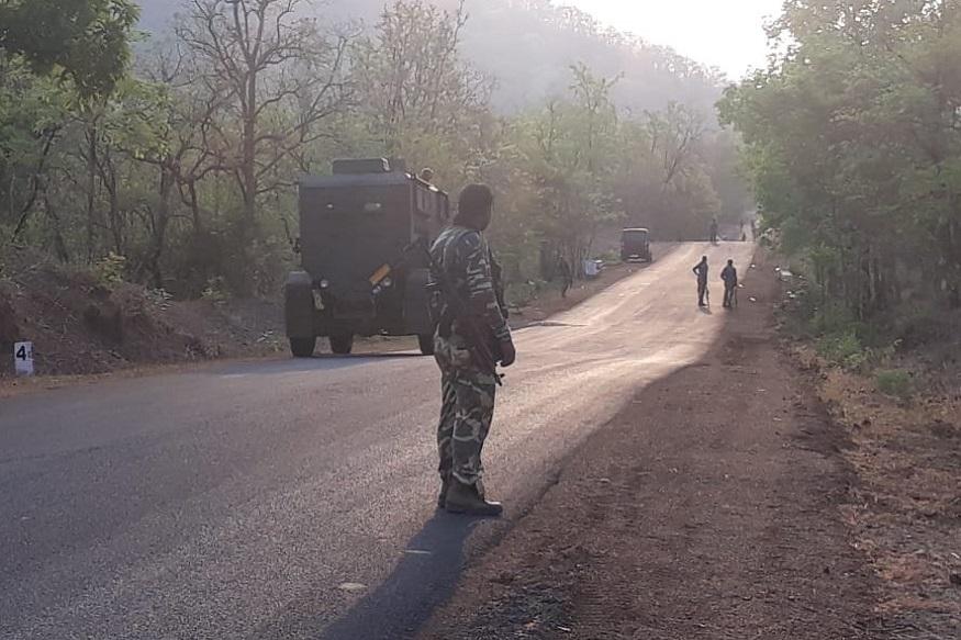 पोलिस महासंचालक सुबोध जैसवाल यांनी हल्ला झालेल्या ठिकाणी पाहणी केली. यावेळी त्यांच्यासोबत इतर वरिष्ठ पोलिस अधिकारीही होते.