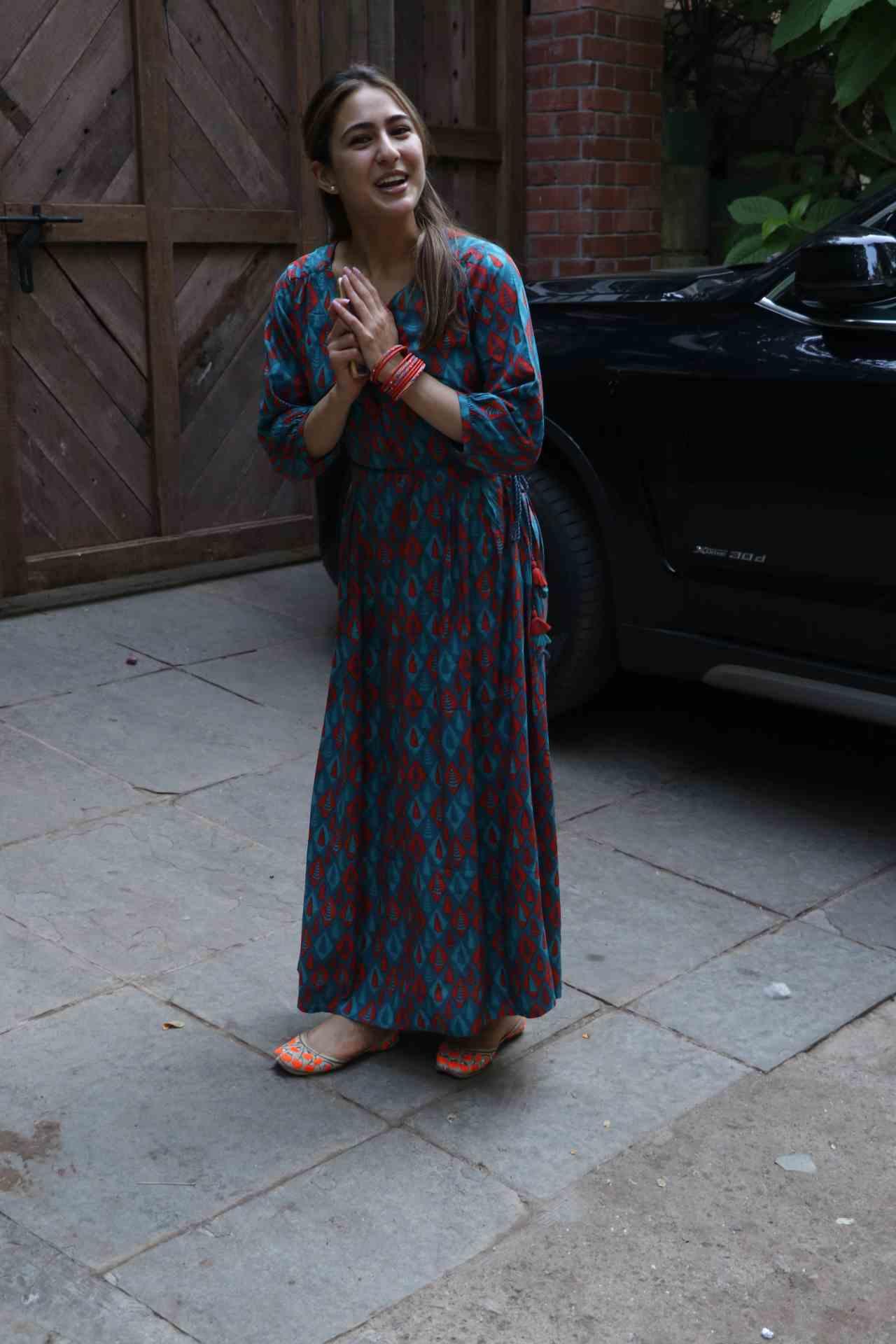 सारानं घातलेला हा मॅक्सी ड्रेस घालण्यासाठी तुम्हाला स्लिम ट्रीम असण्याची आवश्यकता नाही. ही फॅशन सर्वांवर परफेक्ट दिसते आणि यावर तुम्ही मोजडीनं आणखी स्टायलिश लुक देऊ शकता. (फोटो सौजन्य- इन्स्टाग्राम )
