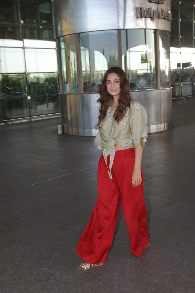 बॉलिवूडची सुंदर अभिनेत्री अशी ओळख असलेली दिया मिर्झाही यावेळी एअरपोर्टवर फार मोहक दिसत होती. यावेळी तिने लाल रंगाची पलाझो आणि ग्लॉसी लुज शर्ट घातलं होतं. दियाने यावेळी केसांना थोडे कर्ल्सही केले होते.