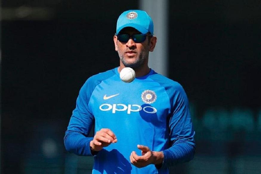 बेस्ट फिनिशर म्हणून ओळखल्या जाणाऱ्या धोनीलाही आफ्रिदीने संघात घेतलं नाही. 2011 मध्ये त्याच्या नेतृत्वाखाली भारताने वर्ल्ड कप जिंकला आहे. त्याशिवाय 2015 पर्यंत भारत सेमीफायनलला पोहचला होता. आयसीसीच्या तीनही ट्रॉफी जिंकणारा धोनी एकमेव कर्णधार आहे.