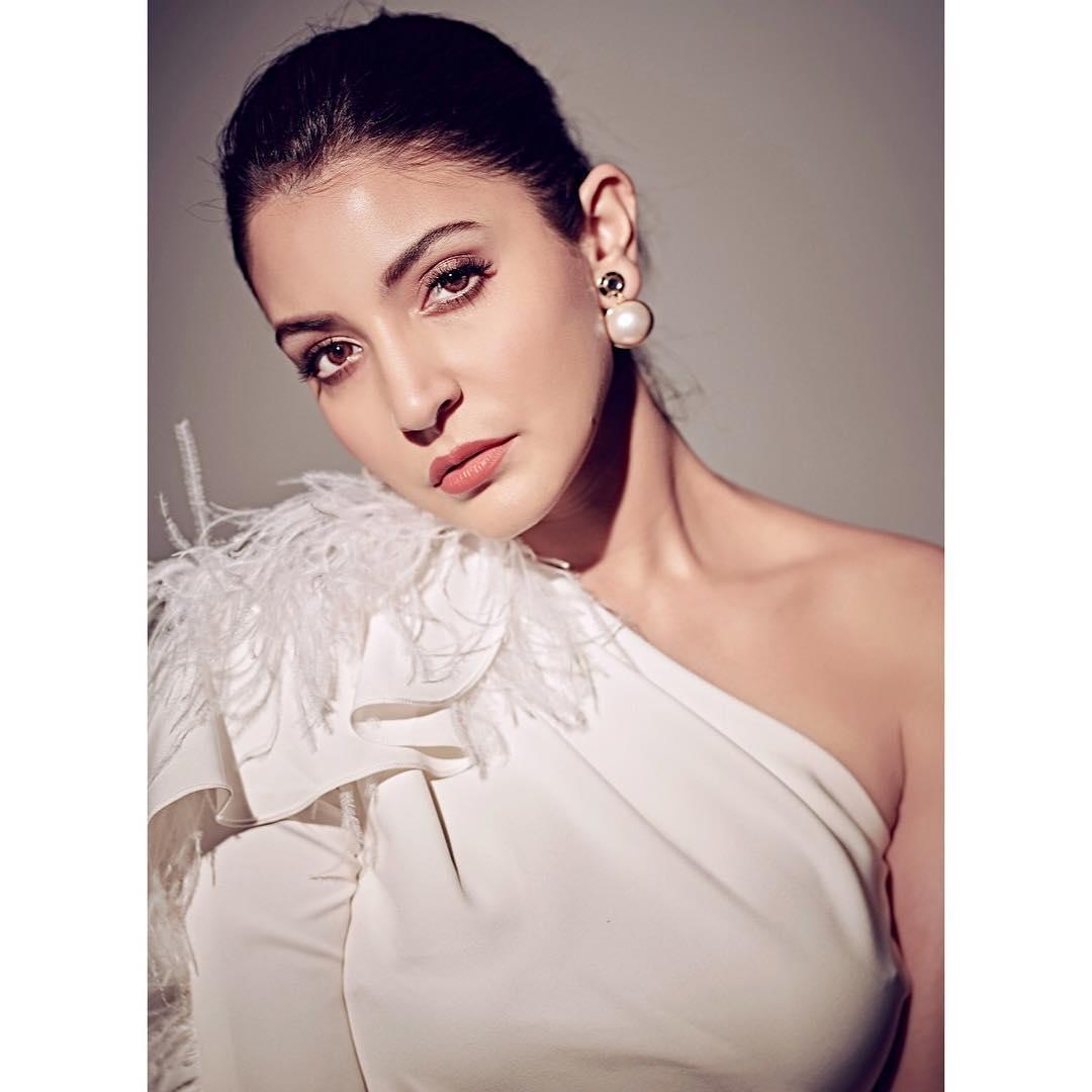 2010मध्ये आलेल्या 'बँड बाजा बारात' या सिनेमातून अनुष्कानं बॉलिवूड पदार्पण केलं होतं. या सिनेमात ती रणवीर सिंहसोबत दिसली होती. तिचा हा सिनेमा बॉक्स ऑफिसवर चांगलाच गाजला.