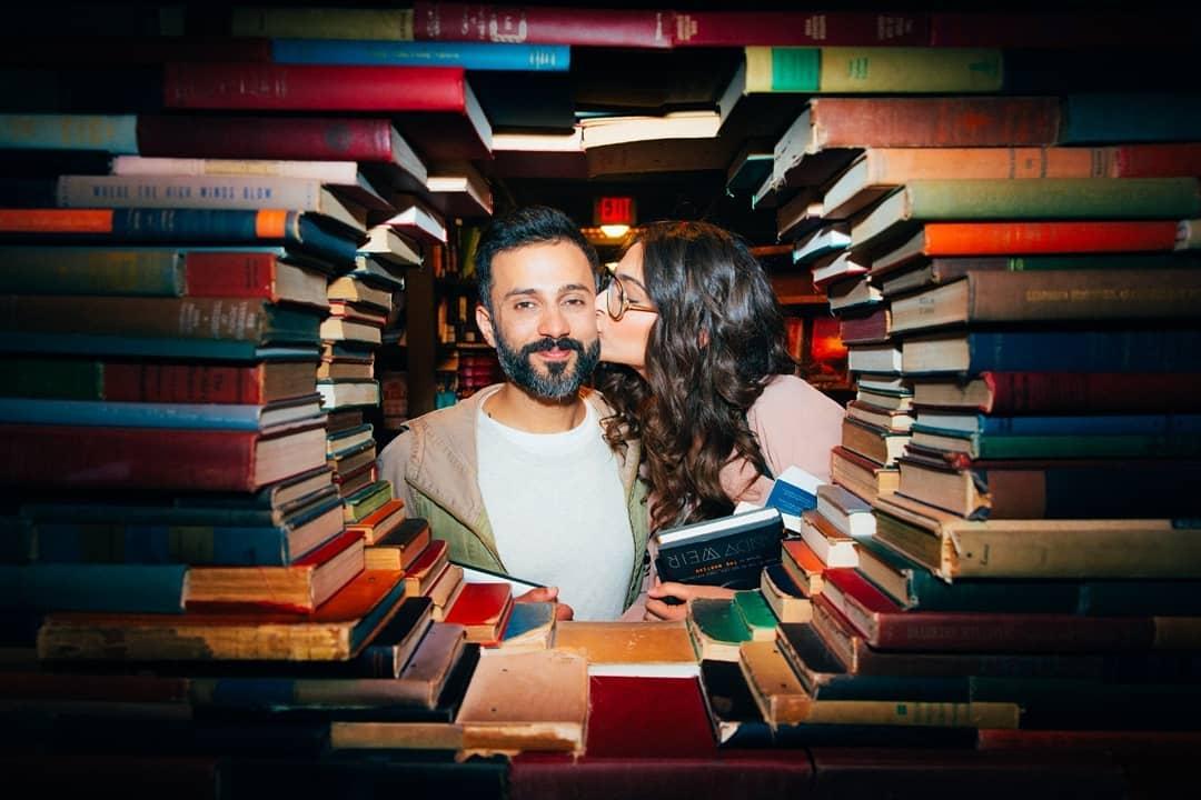 जेव्हा दोघांनीही दाखवून दिलं आजही प्रेम करण्यासाठी ग्रंथालयासारखी सुंदर जागा नाही.