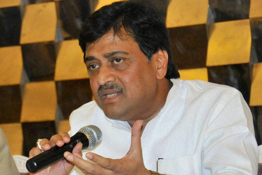 महाराष्ट्रात दोन माजी मुख्यमंत्र्यांना पराभवाचा दणका बसला. माजी मुख्यमंत्री आणि काँग्रेस प्रदेशाध्यक्ष अशोक चव्हाण यांचा नांदेडमधून पराभव झाला. भाजपचे प्रताप पाटील चिखलीकर यांनी 40 हजार मतांनी विजय मिळवला.