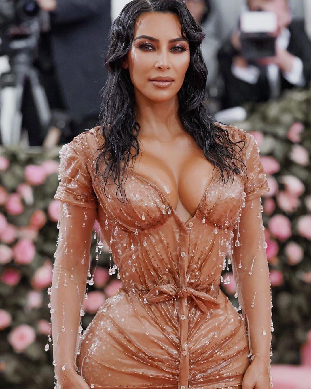 मीडिया रिपोर्ट्सनुसार, किमची कंबर अधिक मादक दिसावी म्हणून तिच्या या ड्रेसला कमरेतून जास्त टाइट करण्यात आलं होतं. पण जेव्हा हा ड्रेस तिने घातला तेव्हा तिला चालणं फिरणं जमत होतं पण बसणं शक्य नव्हतं.