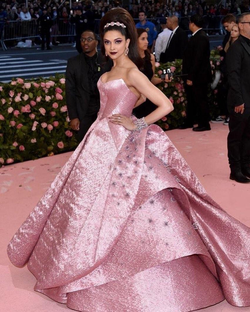 प्रियांकाबरोबरच दीपिका पदुकोण मेट गाला 2019 च्या रेड कार्पेटवर दिसली. तिचा हा लुक बरा अशी अत्रंगी फॅशन इतर हॉलिवूड स्टार्सनी केली होती.