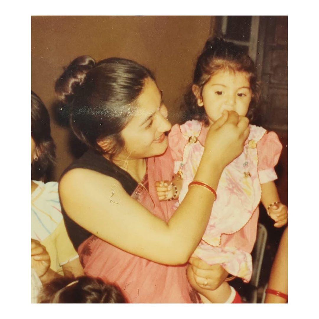 अभिनेत्री अनुष्का शर्माच्या बलपणीचा फोटो. आज तिनं हा फोटो शेअर करत आपल्या आईला मदर्स डेच्या शुभेच्छा दिल्या.