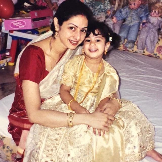 धडक गर्ल जान्हवी कपूरनं  आई श्रीदेवीसोबतचा एक गोड फोटो तिच्या इन्स्टाग्रामवर शेअर केला. या फोटोमधील जान्हवी आणि श्रीदेवी यांचं गोड हास्य सर्वांची मनं जिंकून घेत आहे.