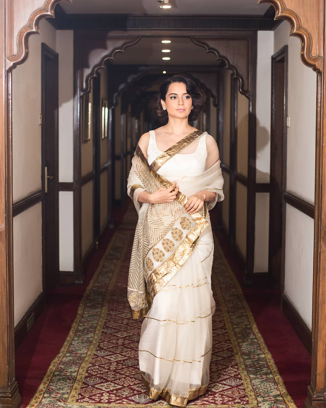 पीएम नरेंद्र मोदी यांची समर्थक कंगना रणौतनेही या कार्यक्रमात सहभाग घेतला. यावेळी तिने पांढऱ्या आणि सोनेरी रंगाची साडी नेसली होती.