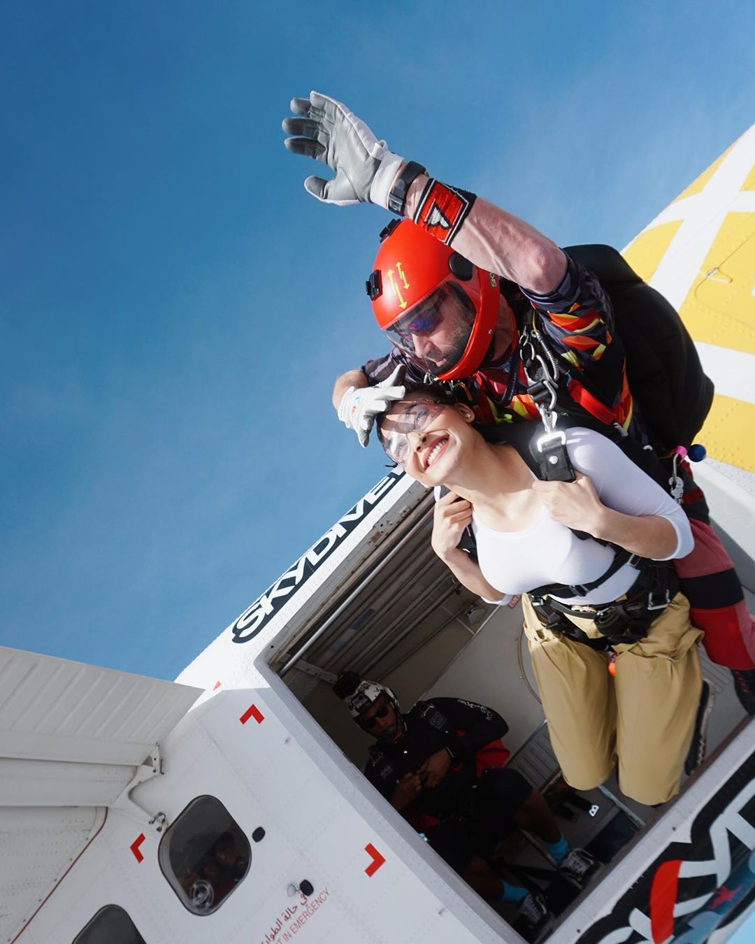 नेहमीच हॉट अंदाजात दिसणाऱ्या उर्वशीने नुकतंच दुबईत सुमारे २० हजार फुटांवरून स्कायडायविंग केलं.