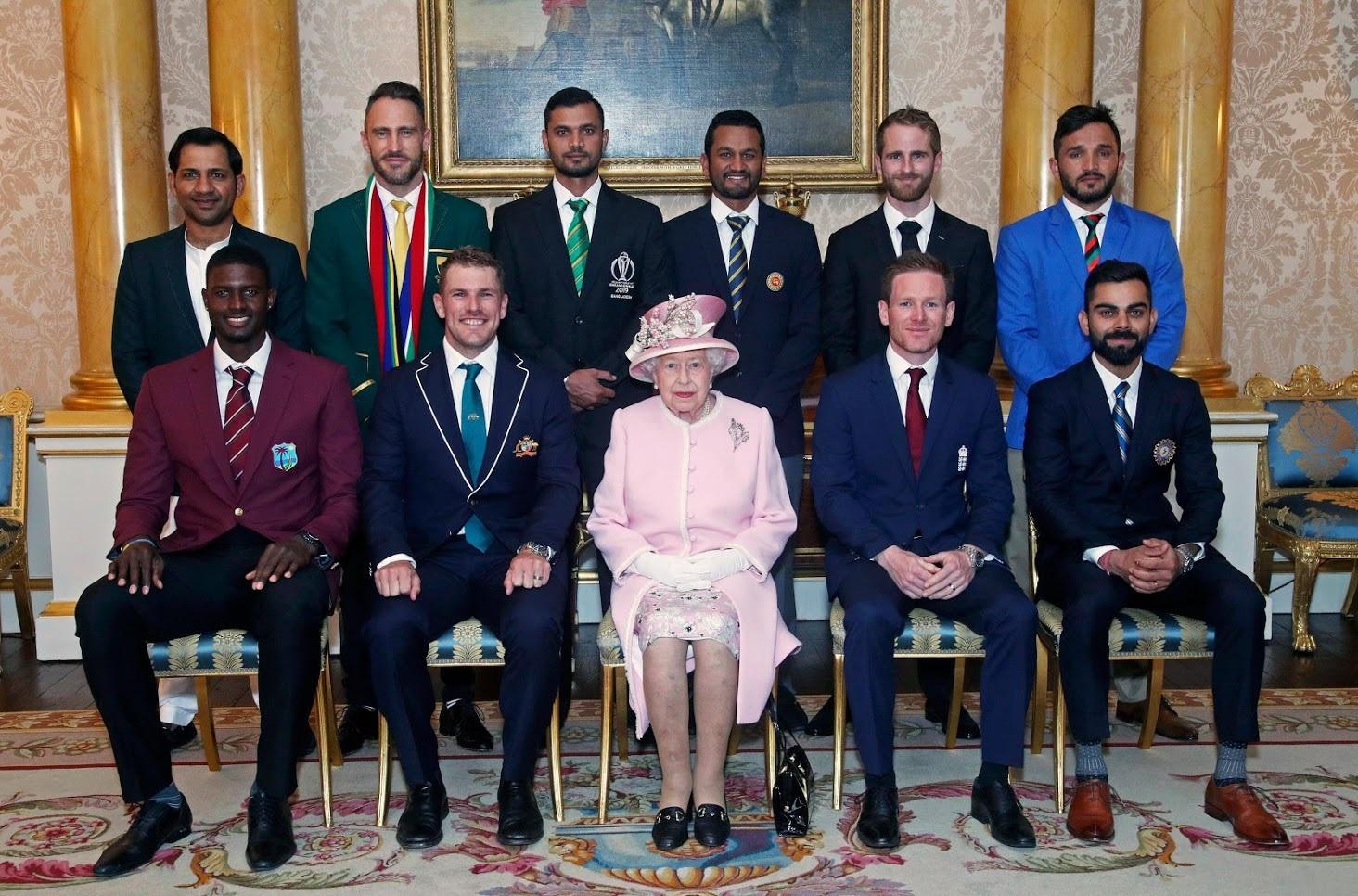 वर्ल्ड कप स्पर्धेत सहभागी संघांच्या कर्णधारांनी महाराणी एलिझाबेथ यांची भेट घेतली.