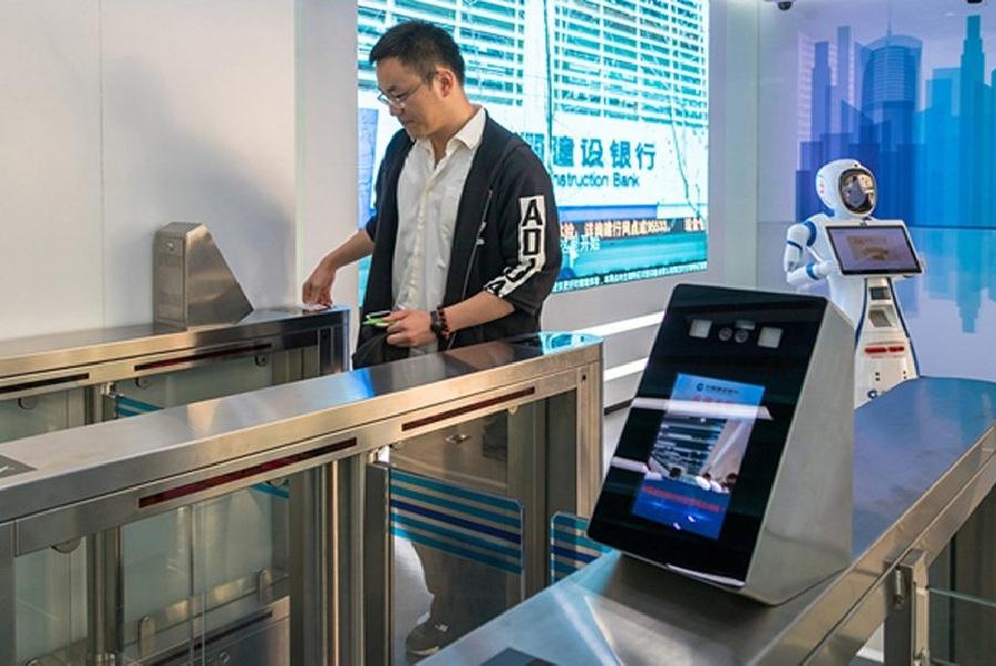 बँकेच्या काउंटरवर असलेले रोबोट ग्राहकांचे खाते उघडणे, पैसे ट्रान्सफर करणे, फॉरेन एक्सचेंज, गोल्ड इन्व्हेस्टमेंट अशा विविध बँकिंग सेवा देतात.