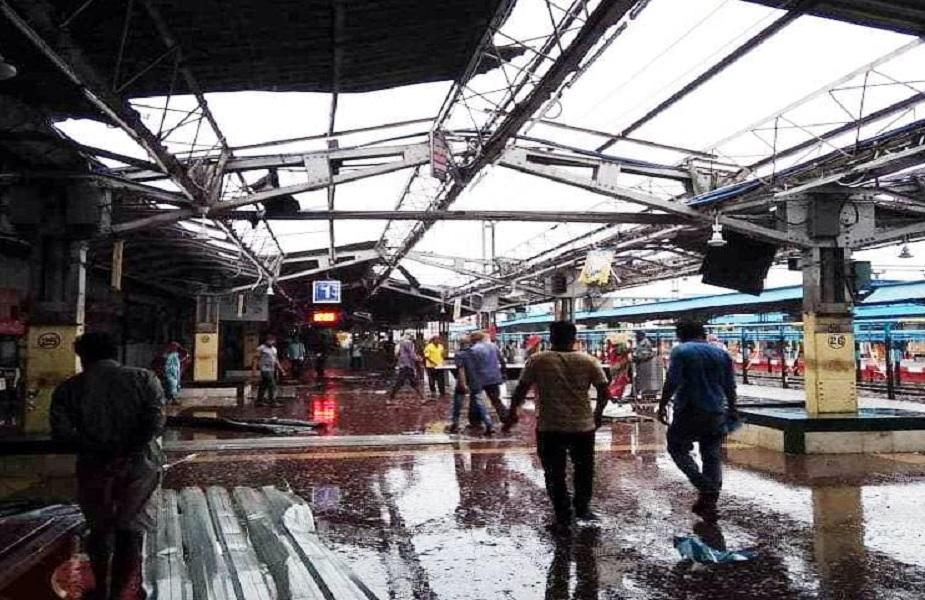 ओडिशामध्ये फानी चक्रीवादळामुळे भुवनेश्वरचं रेल्वे स्टेशन पूर्णपणे उद्ध्वस्त झालं आहे. या स्टेशनचं छप्पर, भिंती आणि होर्डिंग्ज वादळामुळे उडून गेली.