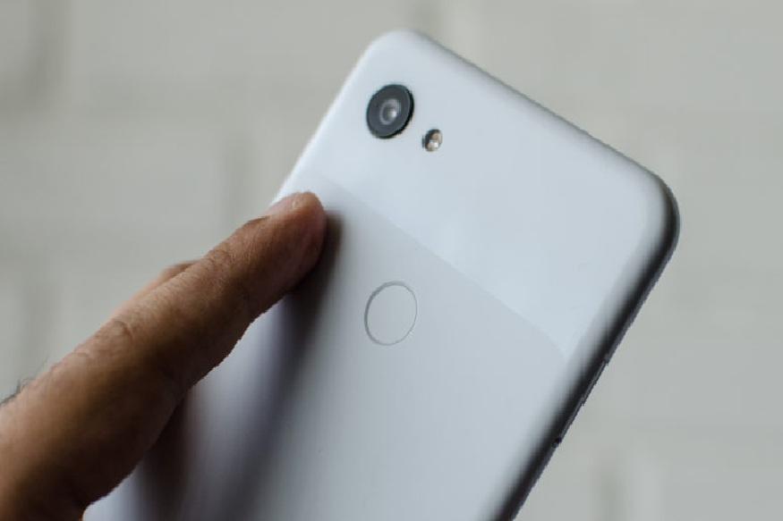 कॅमेरा - Pixel 3a ला 12.2 मेगापिक्सलचा ड्यूएल-पिक्सल सोनी IMX363 कॅमेरा, तर सेल्फीसाठी 8 मेगापिक्सलचा फ्रंट कॅमेरा देण्यात आला आहे. हा मोबाईल Android 9.0 Pie या प्रणालीवर चालतो. कंपनी या फोनच्या ग्राहकांना 3 वर्षापर्यंत सिक्युरिटी अपडेट्स आणि ओएस अपडेट्स देणार आहे.