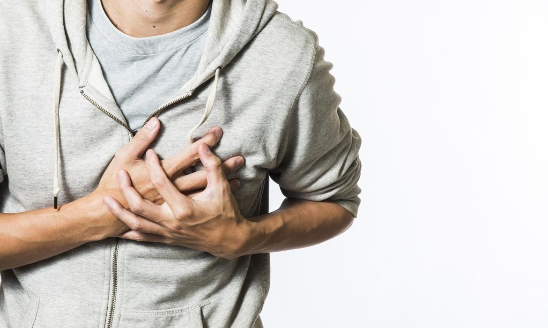 हृदयविकाराचा झटका आल्यानंतर रुग्णाला मळमळतं. अशावेळेस त्या रुग्णाला एका कडेवर वळवा. असं केल्याने त्याला मोकळा श्वास घेता आल्याने त्याची तिव्रता कमी होते. तसंच फुप्फुसांना नुकसान होत नाही.