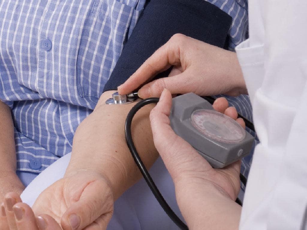 रुग्णाच्या मानेजवळ हात ठेवून त्याचा पल्स रेट चेक करा. जर तो 60 ते 70 पेक्षा जास्त असेल तर रक्तदाब झपाट्याने वाढतोय आणि रुग्णाची प्रकृती नाजूक आहे असं समजून तात्काळ रुग्णालयात हलवा.