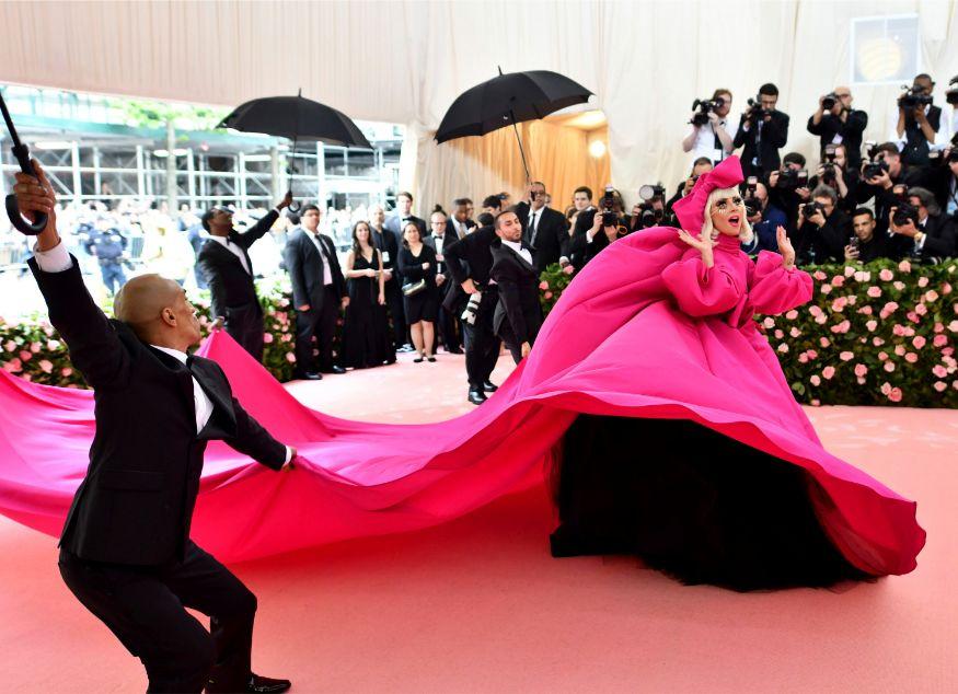 मेट गालामध्ये लेडी गागाची फॅशन आकर्षणाचा बिंदू असते. या वेळी तर तिने रेड कार्पेटच चेंजिंग रूमसारखी वापरली. पहिल्यांदा अशा कार्पेटमध्ये एकाखाली एक कपड्यांचे थर घालून अवतरली आणि एकेक कपडे कमी करत शेवटी बिकिनीची फॅशन तिने दाखवली.