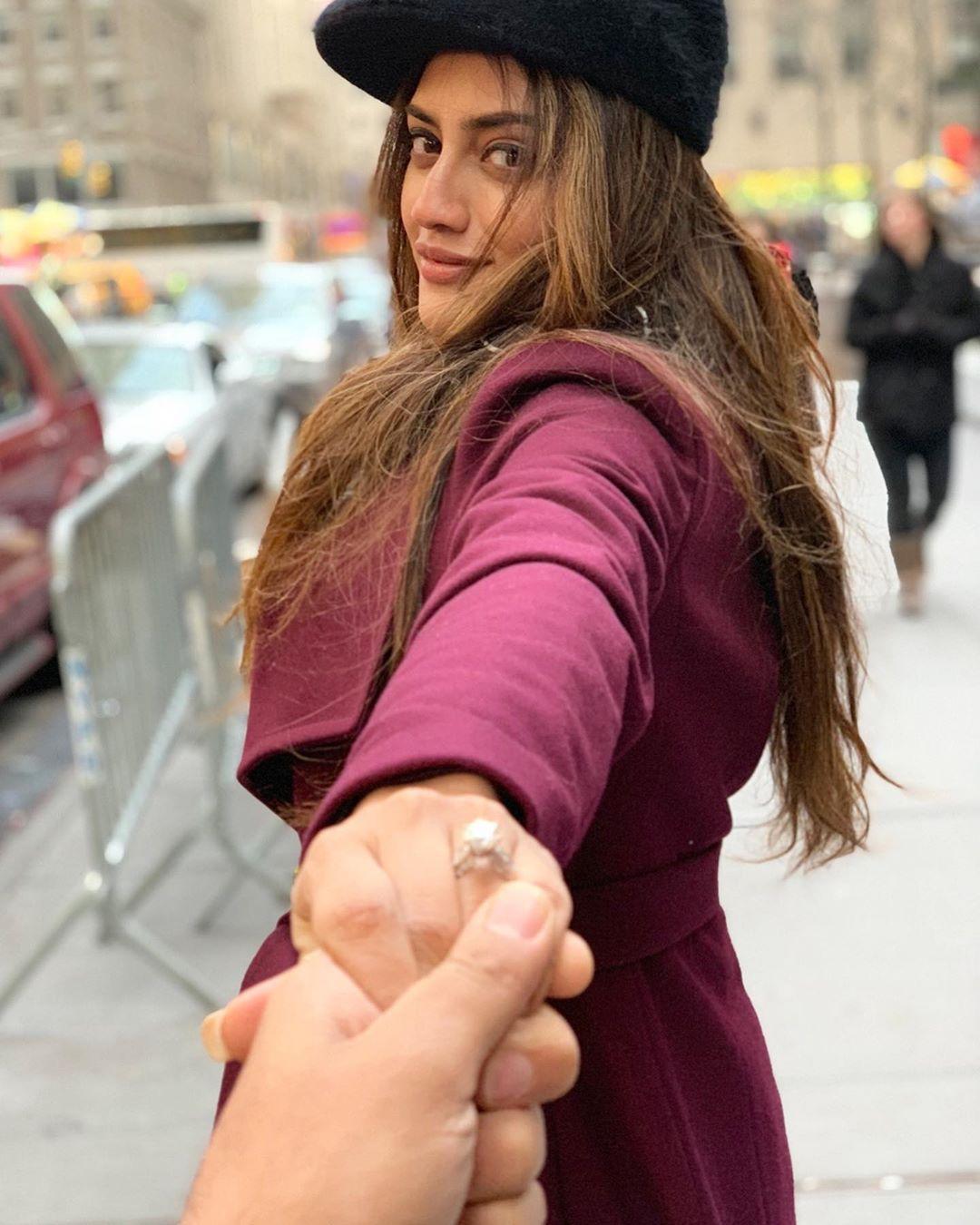 नुसरतने तिच्या इन्स्टाग्रामवर शेअर केलेल्या एका फोटोमध्ये तिच्या साखरपुड्याची अंगठी दिसत आहे. ज्यामुळे तिच्या चाहत्यांचा हिरमोड झाला आहे. नुसरतनं तिचा बॉयफ्रेंड निखिल जैनसोबत लग्न करण्याचा निर्णय घेतला आहे.