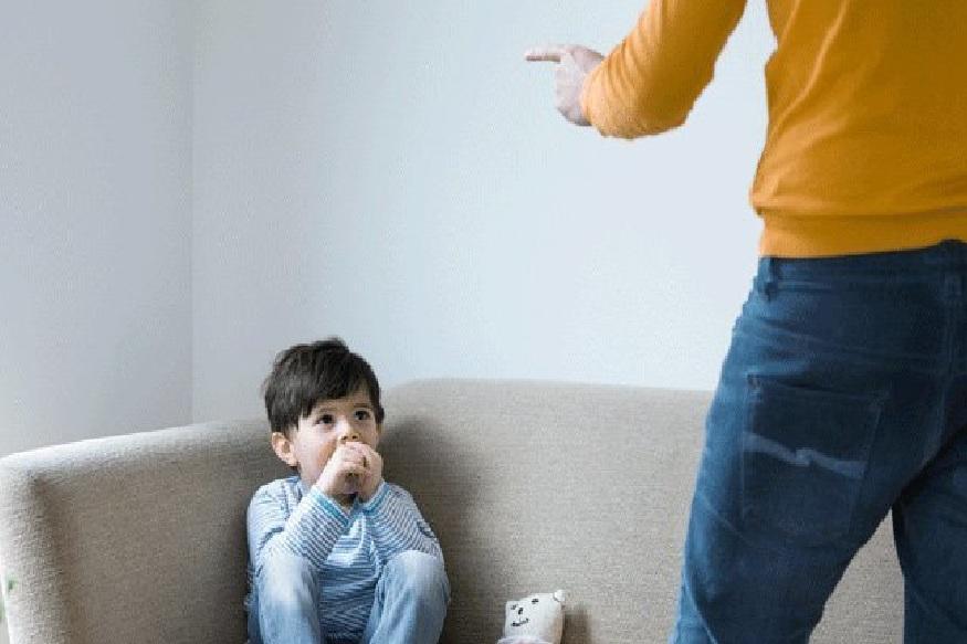 अभ्यासाची भीती घालू नका - मुलांच्या काळजीपोटी अनेकदा पालक मुलांच्या मनात अभ्यासाची भीती घालतात. मुलांना अभ्यास करायला सांगणं हे वाईट नाही, पण अभ्यासक्रमाची भीती दाखवून त्यांना बळजबरीने अभ्यासाला बसवणं घातक ठरू शकतं. जिज्ञासा निर्माण होण्याएवजी त्यांच्या मनात अभ्यासाविषयी भीती निर्माण होते आणि ते मागे पडतात.