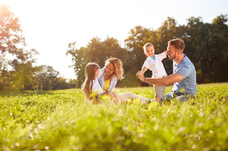 मुलांसाठी वेळ काढा - अभ्यासाव्यतिरिक्त मुलांना इतर काही चांगल्या गोष्टींमध्ये रस असेल तर त्यात प्रगती करण्यासाठी त्यांना प्रोत्साहन द्यायला हवं. तसंच पालकांनीसुद्धा अठवड्यातून एक दिवस सगळी कामं बाजूला ठेवून मुलांसाठी वेळ काढायला हवा. मुलांसोबत नातेसंबंध दृढ करण्यासाठी त्यांना फिरायला घेऊन जायला हवं.