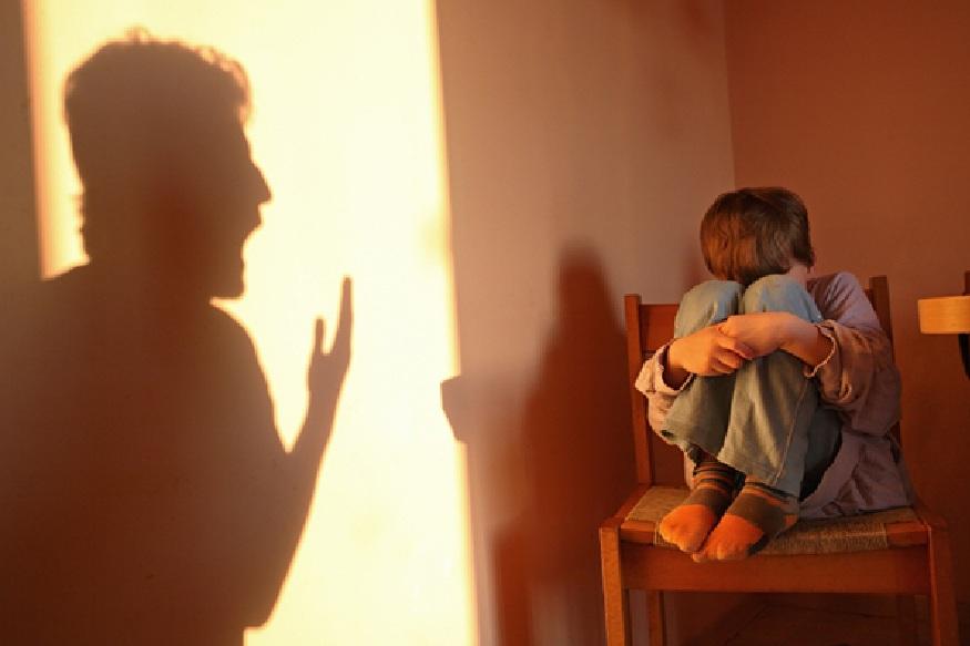 कठोरपणा नकोच - लहानपणी मुलं सतत त्यांच्या आई-वडीलांच्या जवळ जाण्याचा प्रयत्न करतात. या कृतीतून ते पालकांचा स्नेह मिळवू इच्छितात. अशा वेळेस तुमचा कठोरपणा त्याच्या मनावर परिणाम करतो. ती भीत्री होतात. त्यांना लोकांमध्ये मिसळण्याची आणि बोलण्याची भीती वाटते.