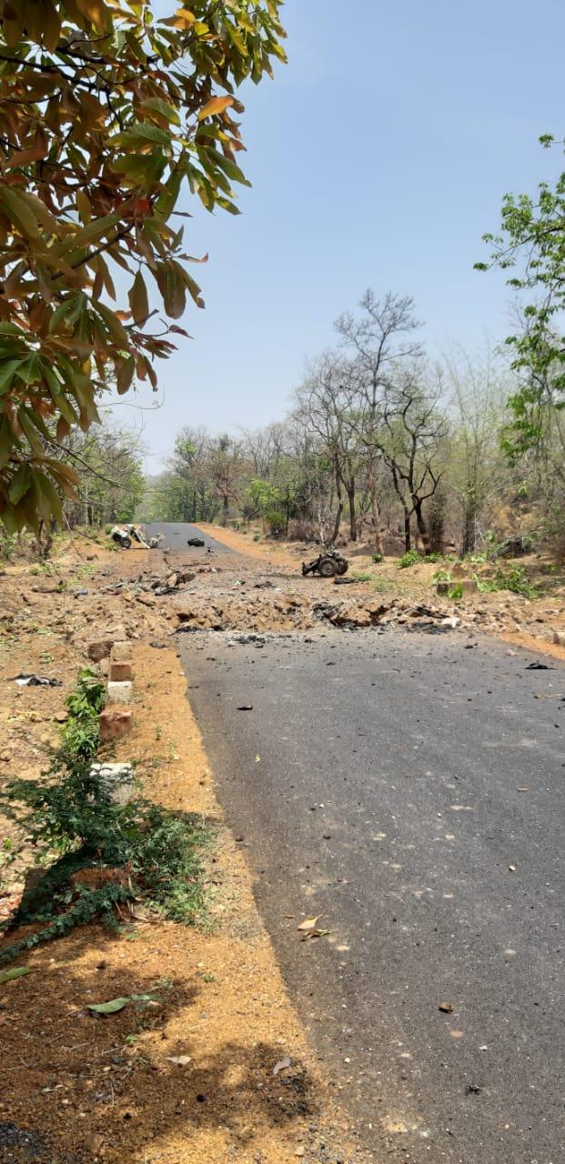 महाराष्ट्र दिनीच गडचिरोलीमध्ये माओवाद्यांनी भ्याड हल्ला घडवून आणला.