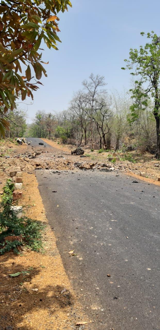 महाराष्ट्र दिनीच गडचिरोलीमध्ये माओवाद्यांनी भ्याड हल्ला घडवून आणला. माओवाद्यांनी सी-60 कमांडो जवानांच्या ताफ्यावर आयईडी स्फोटकांद्वारे हल्ला केला आहे.