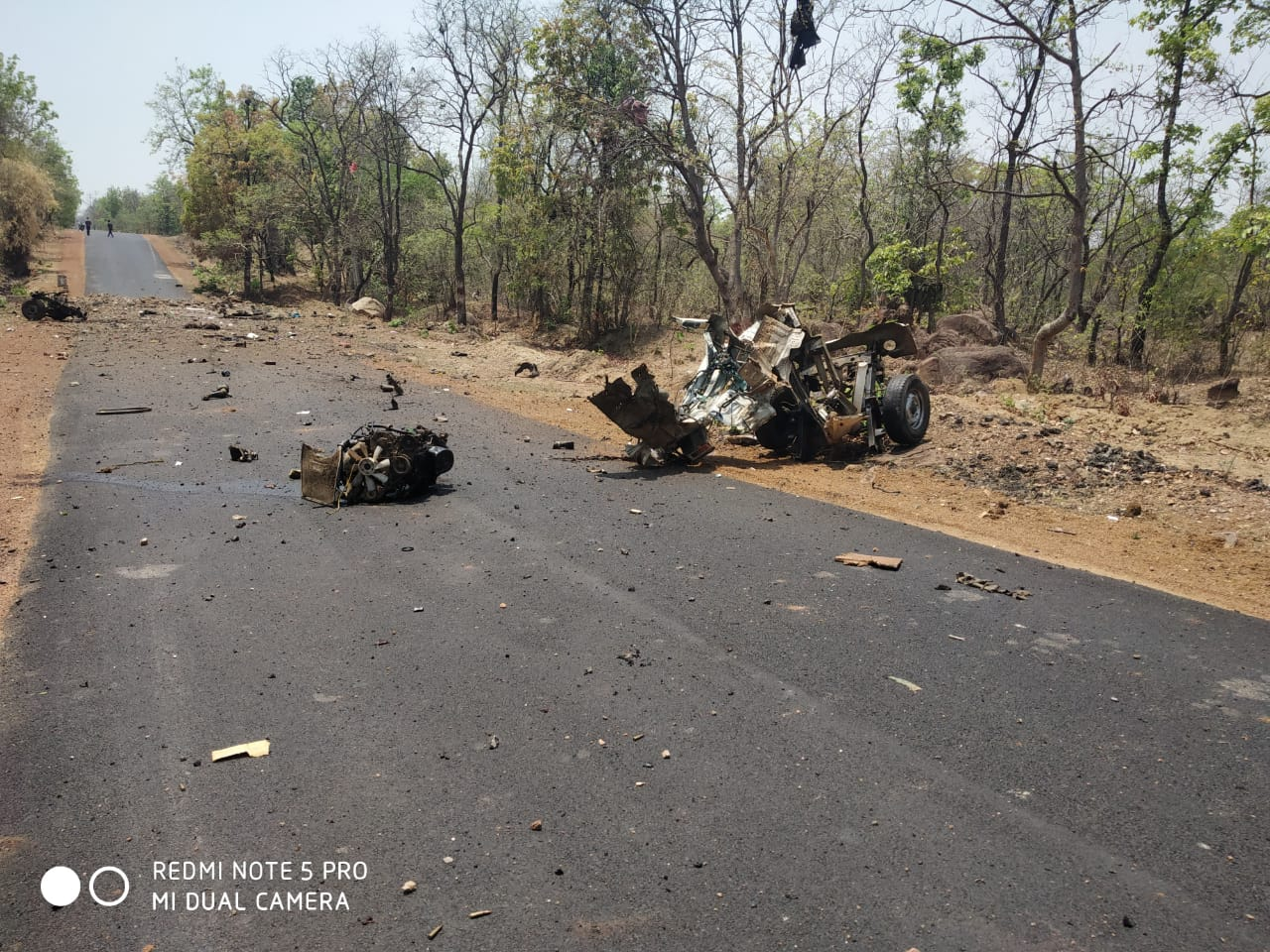 या हल्ल्यात 15 जवान शहीद झाल्याची भीती व्यक्त होत आहे. 1 चालकही शहीद झाला; जवानांना गस्तीच्या ठिकाणी घेऊन जात असलेली गाडी भूसुरुंग स्फोट करून उडवली.