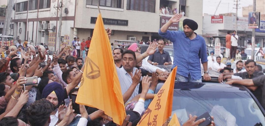 सनी देओल यांनी 23 एप्रलिला निर्मला सीतारमण, पियूष गोयल यांच्या उपस्थितीत भाजपमध्ये प्रवेश केला होता. नवी दिल्लीत भाजप मुख्यालयात हा पक्षप्रवेश पार पडला.