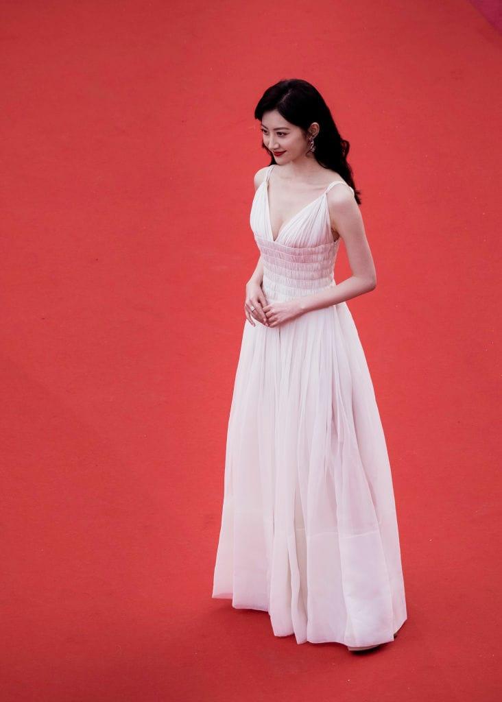 अभिनेत्री जिंक टिआन पांढऱ्या प्लंजिंग नेक गाउनमध्ये फार ग्लॅमरस दिसत होती. ती इथे 'लेस मिझरेबल' या सिनेमाच्या स्क्रीनिंगसाठी आली होती.