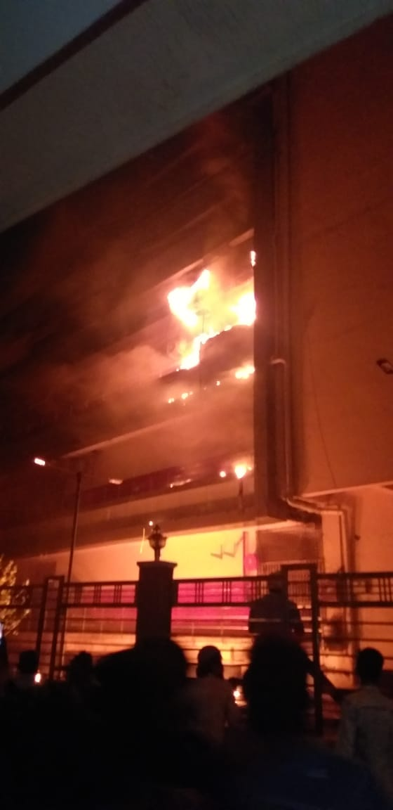 संकेत मेडिकल मार्केट असे या मार्केटचे नाव असून त्याच्या तीन मजल्यांना आग लागली आहे.