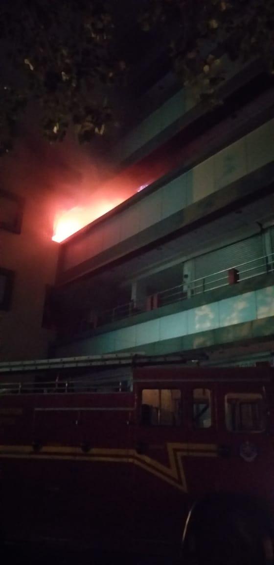 आग लागल्याचं कळताच अग्नीशमन दलाच्या गाड्या घटनास्थळी दाखल झाल्या.