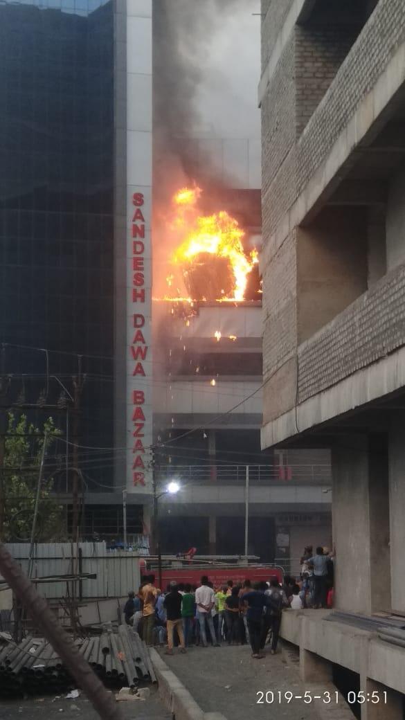 ही आग नेमकी कशामुळे लागली, याबाबतची माहिती अद्याप समोर आलेली नाही.