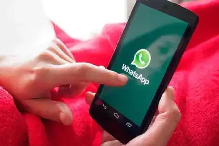 WhatsApp हे एक असं अॅप आहे ज्या माध्यमातून सर्वात जास्त मीडिया फाइल्स शेयर केल्या जातात. फोटो, व्हिडिओ आणि ऑडियो स्वरूपातल्या या फाइल्समुळे फोनचं स्टोअरेज मोठ्या प्रमाणात वापरलं जातं. अशात जर तुम्ही ऑटोमॅटीक डाउनलोड ऑप्शन ON ठेवलं असेल, तर तुमच्या फोनची मेमरी लगेच फूल होते. अशावेळेस काय करायला हवं याच्या काही टिप्स आम्ही तुम्हाला आज देणार आहोत.