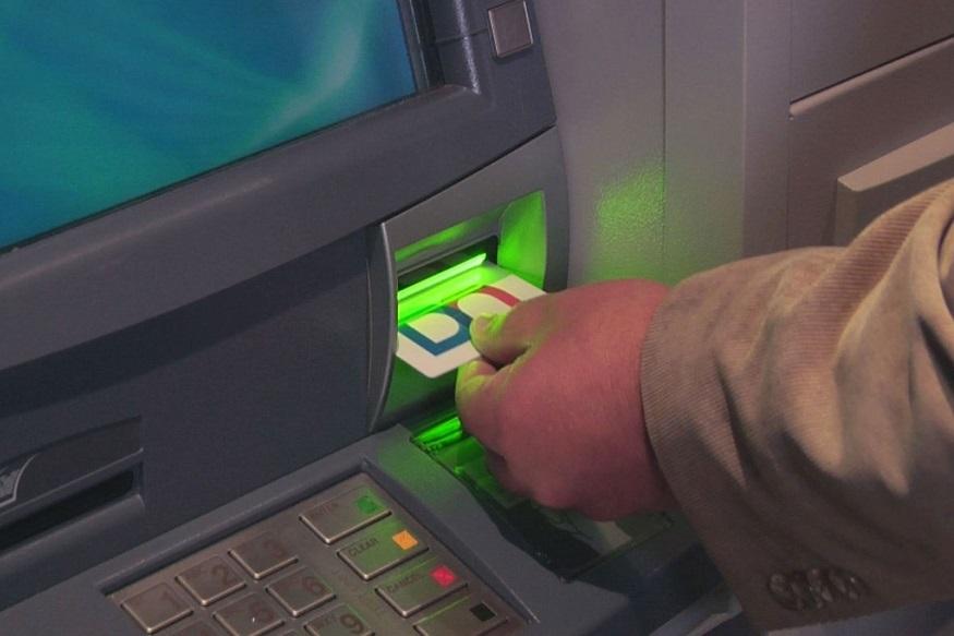 SBIनं आपल्या बँक ग्राहकांना एटीएमबद्दल जागरुक केलंय. SBIनं ग्राहकांना फ्राॅडपासून सावध कसं राहायचं याबद्दल 12 गोल्डन टिप्स दिल्यात.
