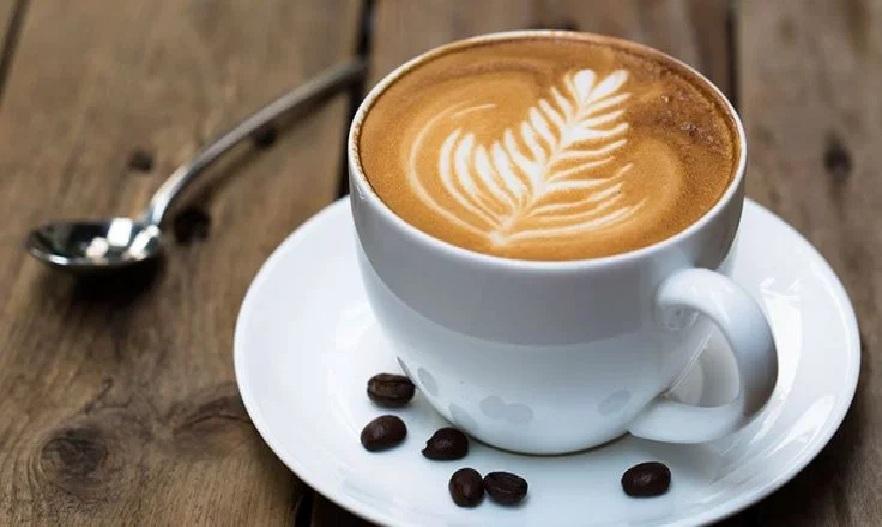 अनेक जणांना दिवसभरात वरचेवर कॉफी पिण्याची सवय असते, तर अनेकांच्या दिवसाची सुरुवातच कॉफीनेच होते. ताण घालविण्यासाठीसुद्धा अनेकजण कॉफी घेतात. प्रत्येकाचं आवडतं पेय बनलेल्या कॉफीचे अनेक आश्चर्यकारक फायदे आहेत.