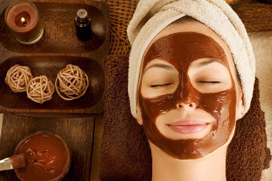 चेहरा मुलायम होतो - कॉफीमुळे तुमचा चेहरासुद्धा फ्रेश होतो. कॉफी ही चेहऱ्यासाठी खूप उपयुक्त आहे. याची पेस्ट लावल्याने चेहरा मुलायम होतो तसंच चेहऱ्याला कांती येते. बॉडी स्क्रब म्हणूनही तुम्ही कॉफीचा उपयोग करू शकता.