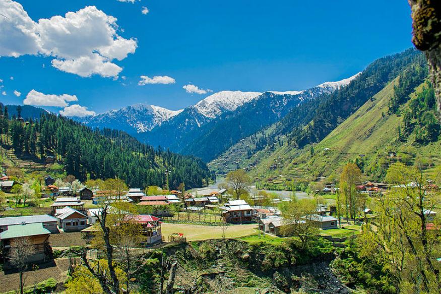 काश्मीर - पृथ्वीवरचा स्वर्ग म्हटलं जातं ते काश्मीर. तिथे तुम्ही नक्की जा. दल लेक, गुलमर्ग, सोनमर्ग इथला नजारा बघतच राहावा असं वाटतं.
