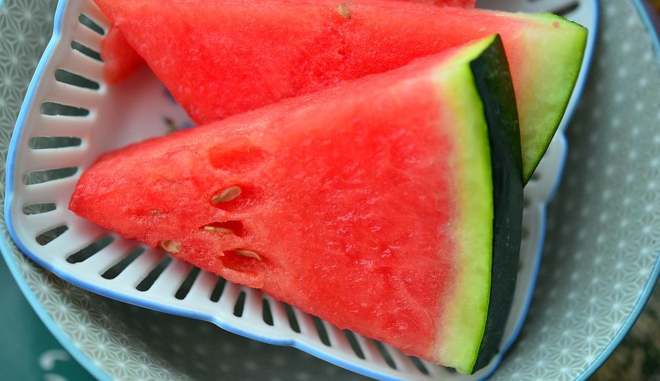 हे अल्कली गुणधर्माचं फळ असल्याने, पित्ताच्या दोषांवर गुणकारी ठरते. उन्हाळ्यात घामातून शरीरातील खनिजे निघून जातात, पण कलिंगड खाल्ल्याने तहान भागते आणि शरीरातील खनिज द्रव्यांची हानी भरून निघते. सूर्यकिरणांच्या थेट माऱ्यामुळे होणारे रेडिएशनचे परिणाम कमी होतात.