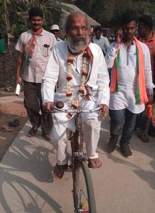 सारंगी हे सायकलवरून प्रवास करतात. त्यांनी बालासोर आणि मयूरभंज जिल्ह्यातील आदिवासी भागात शाळा बांधल्या आहेत.