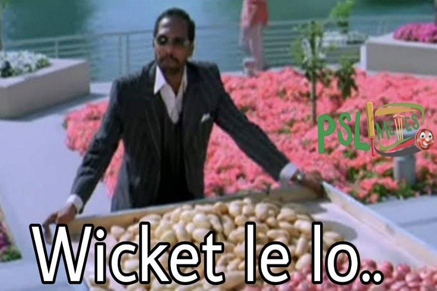 वेस्ट इंडिजच्या गोलंदाजीसमोर पाकिस्तानचे फलंदाज टिकाव धरू शकले नाहीत. गोलंदाजांना ते आमची विकेट घ्या असंच सांगत होते की असं मजेशीर मीम व्हायरल झालं.